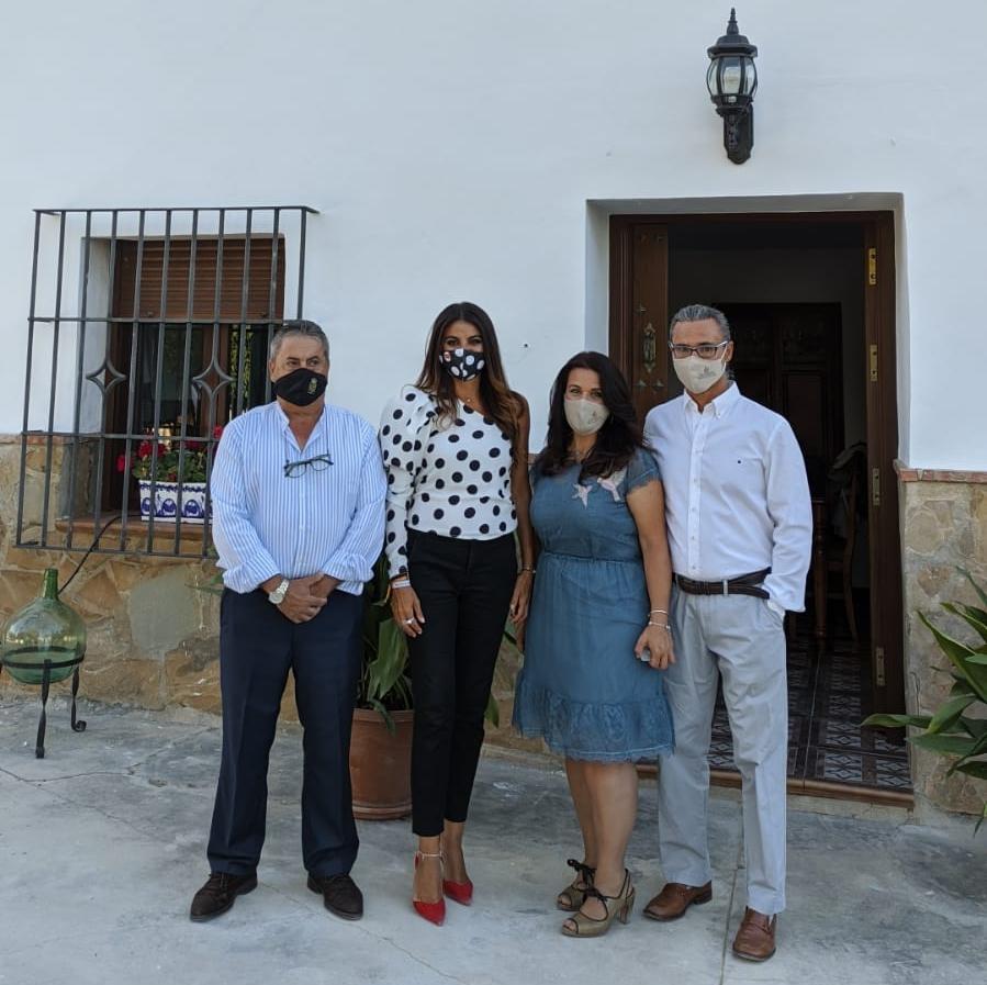 Alcalde de Villanueva de Algaidas, delegada de Turismo y María Angustias Casado y su pareja